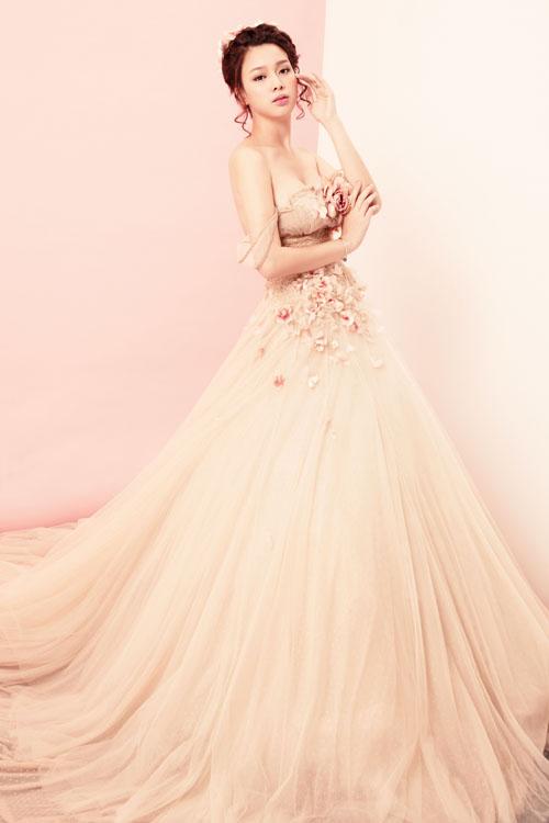 [Caption]Vẻ đẹp nhẹ nhàng, sang trọng của thí sinh được tôn lên bằng trang phục váy công chúa, đính chi tiết hoa rơi trên thân áo.