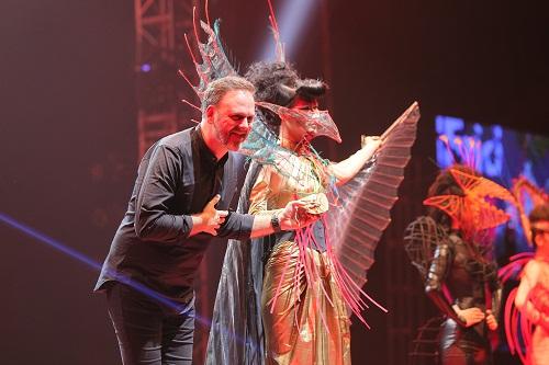 Bậc thầy nghệ nhân - đại sứ thương hiệu tại Pháp - NTMT Wilfrid Karloff  trình diễn trên sân khấu Color zoom Hair show