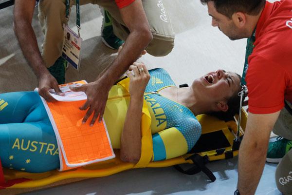 Hopkin có vẻ rất đau đớn khi nằm lên càng, chuẩn bị nhập viện.