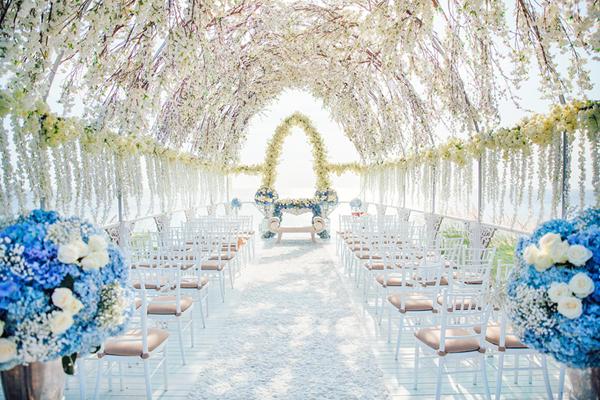 Phần lễ cưới chính được tổ chức vào sáng ngày 21/3 vừa qua với không gian ngoài trời hướng biển. Dạ tiệc diễn ra vào buổi tối cùng ngày.