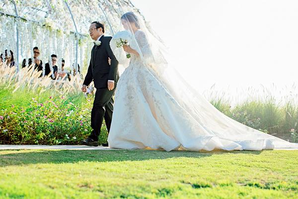 Shella xuất hiện rạng rỡ bên cha trong bộ váy cưới của nhà thiết kếKrikor Jabotian