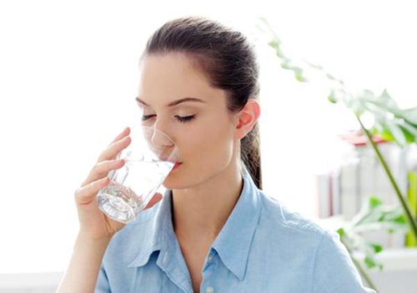 Đôi lúc khi cơ thể khát nước, bạn sẽ cảm thấy đói bụng.