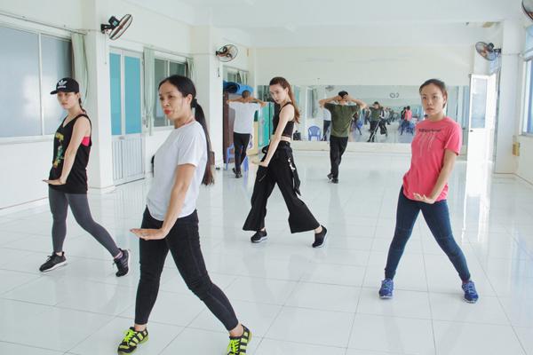 Để chuẩn bị cho việc thực hiện music video này, 5 thành viên trong team đã được đích thân huấn luyện viên Hồ Ngọc Hà và biên đạo Ngọc Tú của vũ đoàn Hoàng Thông hướng dẫn tập vũ đạo trong suốt 1 tuần lễ