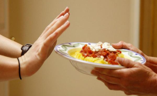 Hãy chia nhỏ các bữa ăn, mỗi bữa cách nhau 4 - 5 tiếng thay vì nhịn hai bữa rồi ăn một bữa thật no.
