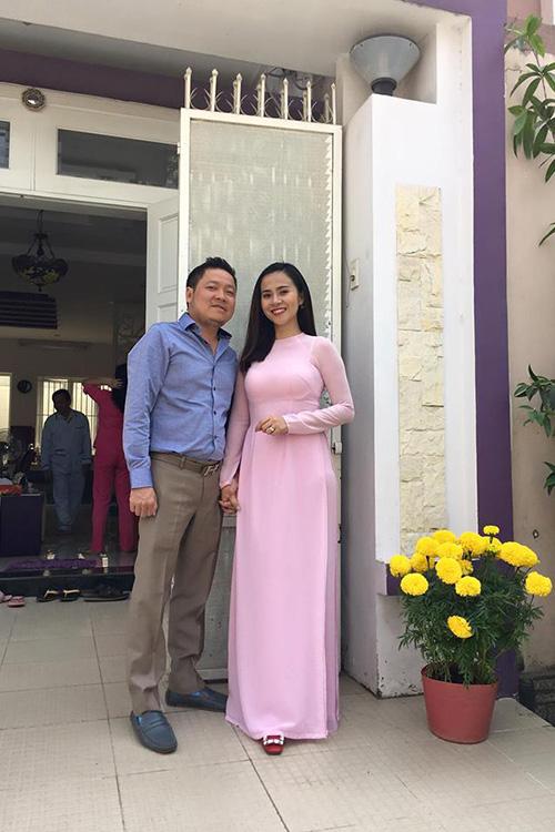 minh-phuong-hai-long-voi-cuoc-song-it-bon-chen-hanh-phuc-ben-chong-5