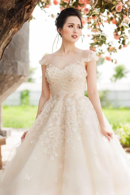 [Caption]Trong bộ ảnh mới, nữ diễn viên Lan Ngọc trở thành cô dâu, khoe vẻ đẹp gợi cảm và lộng lẫy cùng các mẫu soiree trắng.