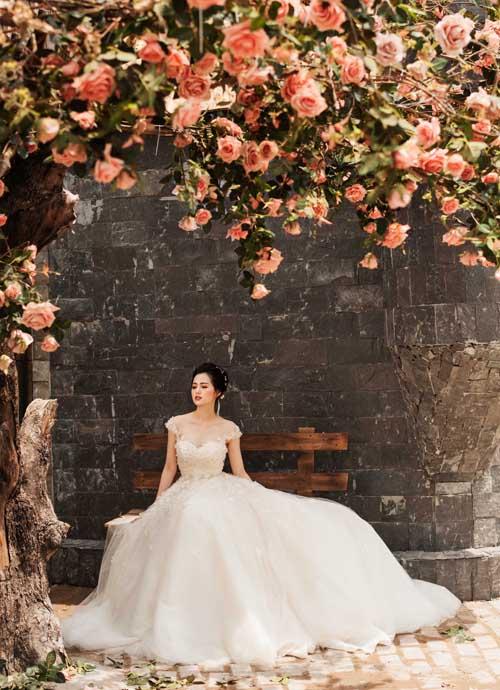 [Caption]Váy cưới cúp ngực đắp ren điệu đà và thu hút người đối diện bởi khoảng hở quyến rũ.