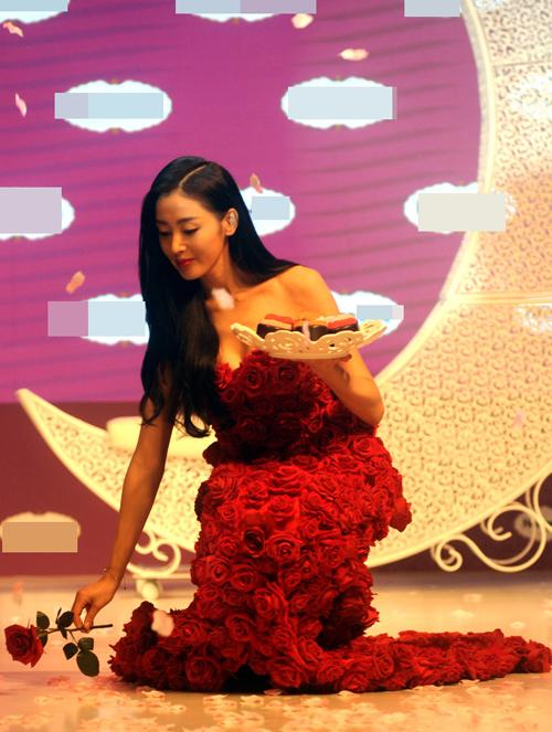 Với bộ đầm quây sexy, Thiên Ái lộ bộ ngực đẹp gợi cảm.