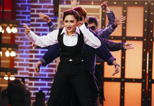 huong-giang-idol-4-lan-bien-hinh-trong-mot-show-4