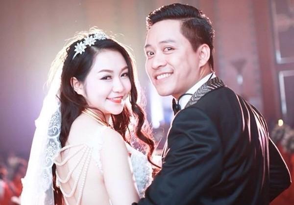 Tuấn Hưng và vợ trong lễ cưới hồi