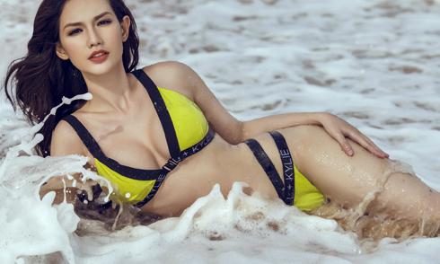 Quỳnh Chi khoe dáng nóng bỏng trên biển