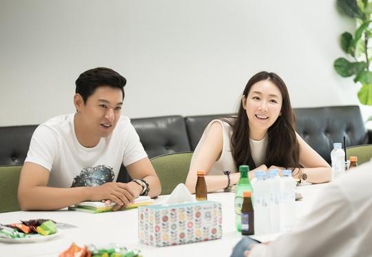 choi-ji-woo-trang-diem-nhe-nhang-van-cuon-hut