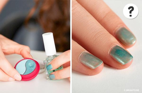 Mẹo: Pha sơn móng tay với màu mắt để tạo ra một màu sơn mới.