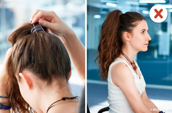 Mẹo: Cặp hai chiếc cặp tăm vào phía dưới lọn tóc buộc để mái tóc đuôi ngựa trông dày và đẹp hơn.