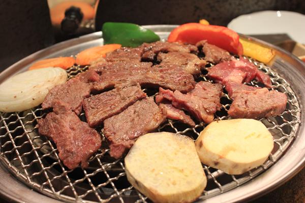 Nhà hàng có hai nguồn cung cấp nguyên liệu chính là nhập khẩu từ nước ngoài và lựa chọn cẩn thận từ địa phương. Mỗi món ăn đều được lựa chọn từ nguồn nguyên liệu tươi ngon, đảm bảo chất lượng, được tẩm ướp với công thức đặc biệt, rất vừa miệng và hấp dẫn.