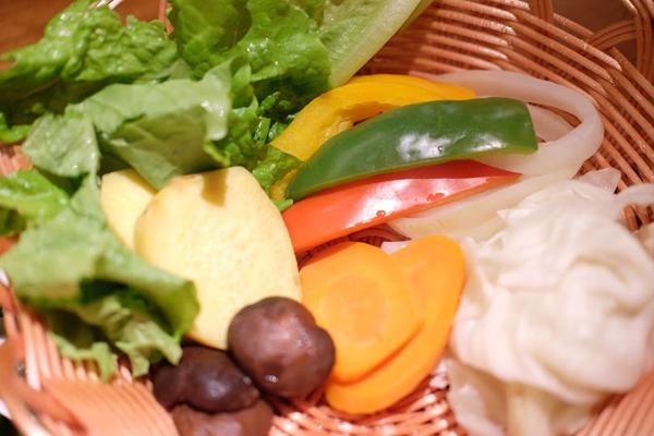 Để làm phong phú thêm ẩm thực Nhật tại Sài Gòn, nhà hàng còn có nhiều món ăn nhẹ như súp trứng, rau củ quả hấp... Các món ăn với nhiều mức giá khác nhau, có những món chỉ khoảng 69.000 đồng, phù hợp với mọi đối tượng.