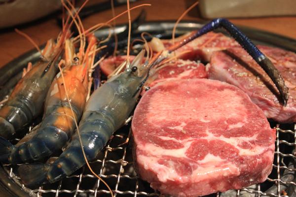 Lưỡi bò nướng được xem là món đặc trưng với sự kết hợp của lưỡi bò mềm mại và hành tây thơm ngon.