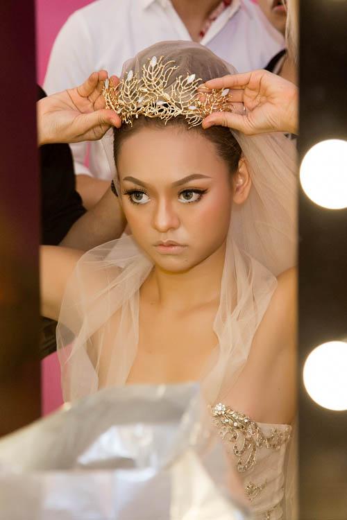 [Caption]Để hoàn thiện vẻ hoàn hảo, cô dâu có thể kết hợp cùng phụ kiện cài tóc, voan đội đầu và trang sức.