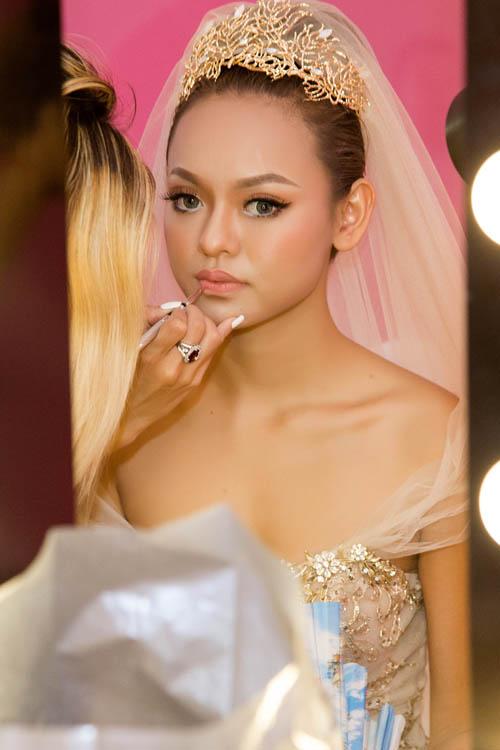 [Caption]Với cách trang điểm nhẹ, son môi thường là nude hoặc cam nude, hồng nude. Những màu nhẹ nhàng này tạo sự trong trẻo thanh khiết cho cô dâu.