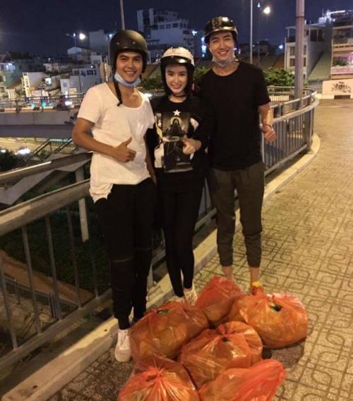 Angela Phương Trinh cùng người mẫu Võ Cảnh và một người bạn đi phát đồ từ thiện đêm.