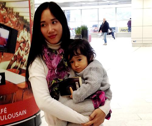 Chị Huyền được gặp con gái sau 15 tháng xa cách vào hồi đầu năm, khi sang Pháp theo đuổi vụ kiện. Ảnh: NVCC.