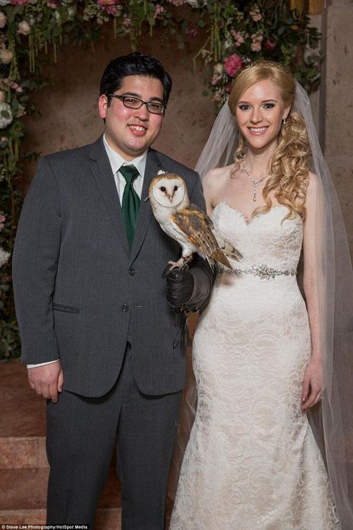 [Caption]Nhân vật chính của hôn lễ là chú rể Stephanie Dodd (26 tuổi) và cô dâu Samuel Goetsch (25 tuổi), đám cưới của họ được tổ chức tại The Bell Tower ở Houston, Texas. 65.000 USD (gần 1.5 tỷ VNĐ) đã được bỏ ra để biến hôn lễ trông giống Harry Potter nhất.