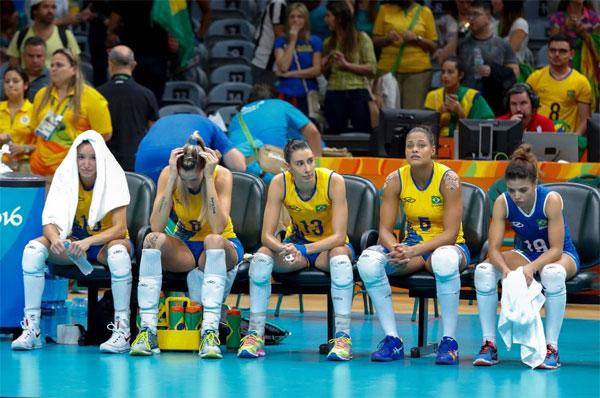 Nỗi buồn của các cô gái bóng chuyền Brazil sau khi thất bại ở tứ kết trước tuyển Trung Quốc.