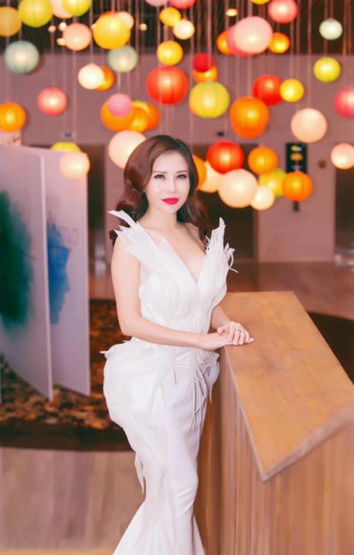 hoa-khoi-lan-phuong-long-lay-voi-dam-da-hoi-xin-edit-2