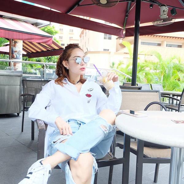 Minh Hằng mặc chiếc áo sơ mi trắng ưa thích, cô hài hước chia sẻ: Nhìn về nơi xa lắm..tự hỏibài hát mới liệu có hot ko...hoho...ai hãy cho e niềm tin là nó sẽ hot đe.