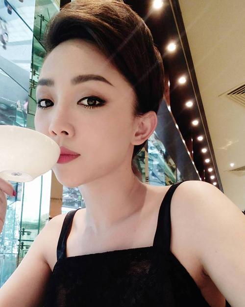 Tóc Tiên dịu dàng, quý phái khi đi uống trà chiều: Giả vờ thanh tao☕️☕️☕️ Thật ra đi event buổi trưa lỡ điệu nên đi trà chiều tí cho xuynh.