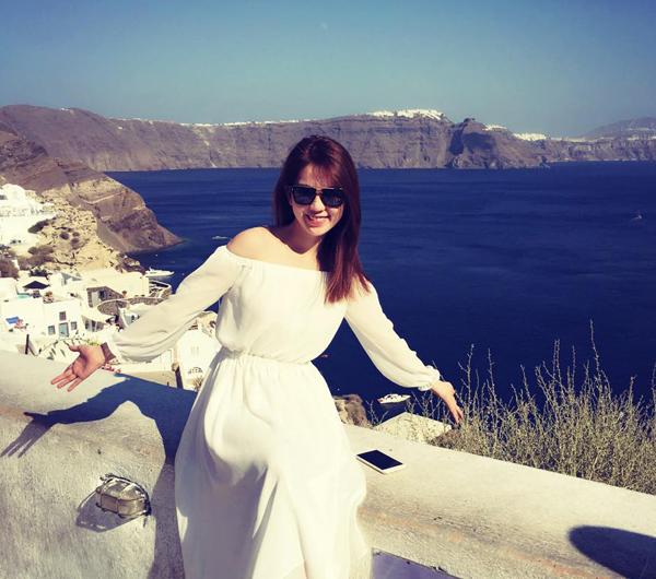 Ngọc Trinh dịu dàng bất ngờ khi mặc váy dài thướt tha trong chuyến đi châu Âu.