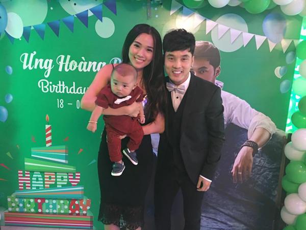 Vợ chồng Ưng Hoàng Phúc hạnh phúc cùng con trai, vợ nam ca sĩ chia sẻ: Hên lắm Bố Mẹ mới có dc tấm hình chung với Minh ko khóc trong lúc này.