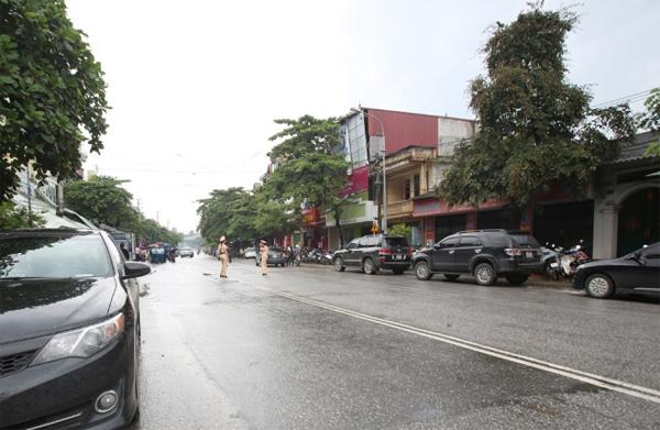 Dòng xe của các đoàn viếng nối dài trên trục đường trung tâm TP Yên Bái, phía trước nhà Bí thư Tỉnh ủy Phạm Duy Cường. Tiết trời Yên Bái có mưa, gió nhẹ và dòng người đến viếng ngày càng đông.