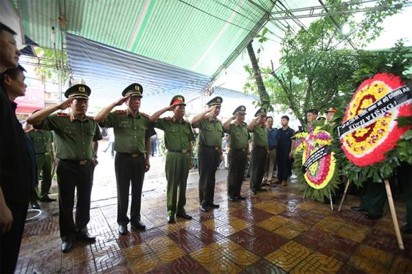 Đoàn đại biểu Bộ Công an đến viếng và chia buồn với gia đình nạn nhân.