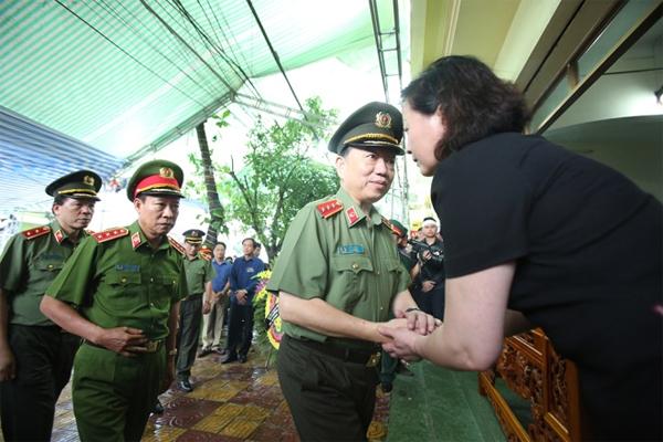 Thượng tướng Tô Lâm, Bộ trưởng Công an, động viên lãnh đạo tỉnh và gia đình vượt qua mất mát, đau thương.