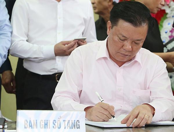 Bộ trưởng Tài chính Đinh Tiến Dũng ghi sổ tang chia buồn với gia đình nạn nhân.