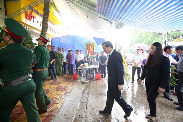 Ông Đào Ngọc Dung, nguyên Bí thư Tỉnh ủy Yên Bái, Bộ trưởng Lao động, thương bình và xã hội, đến chia buồn cùng gia đình ông Phạm Duy Cường.