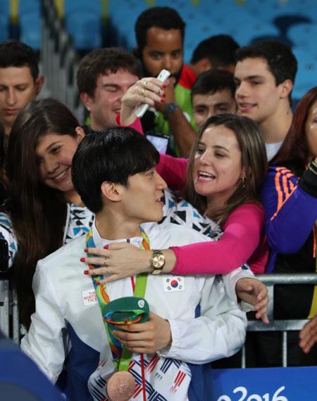fan-nu-brazil-quay-hot-boy-xu-han-de-selfie-1