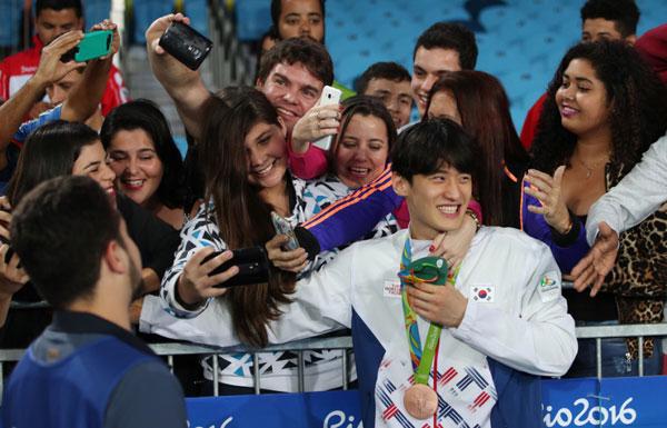 fan-nu-brazil-quay-hot-boy-xu-han-de-selfie-3