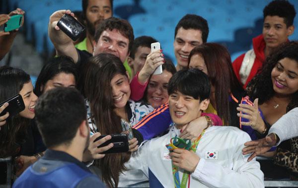 fan-nu-brazil-quay-hot-boy-xu-han-de-selfie-4