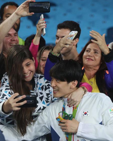 fan-nu-brazil-quay-hot-boy-xu-han-de-selfie