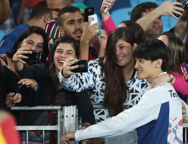 fan-nu-brazil-quay-hot-boy-xu-han-de-selfie-5