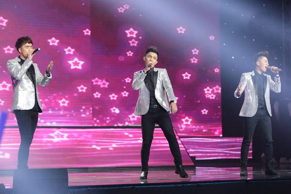 Nhóm The Wings từng bị loại ở liveshow 7, nay trở lại chung kết nhờ sự bình chọn của khán giả. Nhóm mở màn đêm thi bằng ca khúc Tôi là một ngôi sao sôi động.