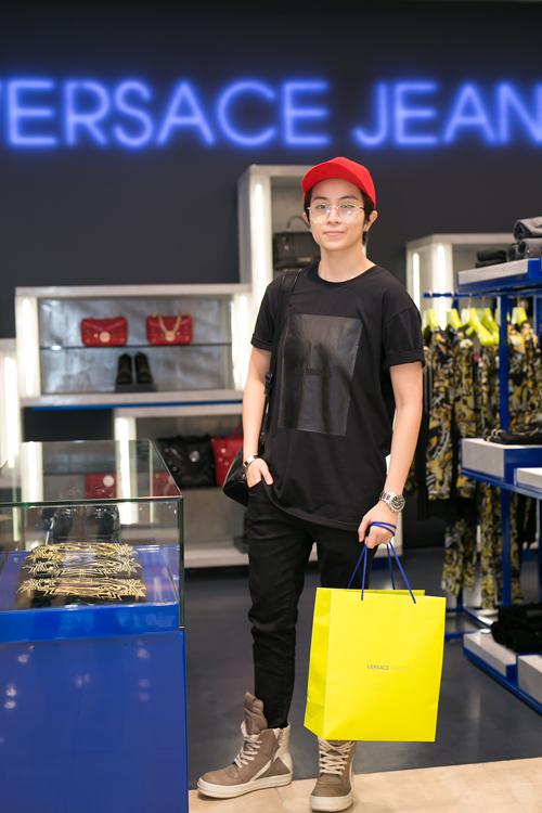 tinh-than-phong-khoang-cua-versace-jeans-chinh-phuc-sao-viet-3