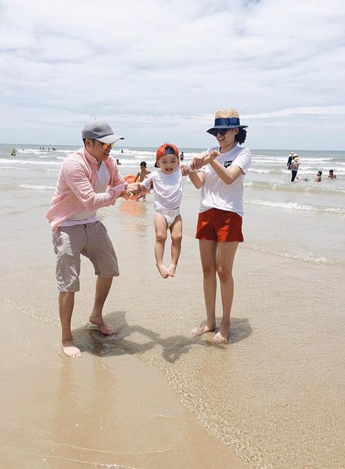 Diễm Hương hạnh phúc chia sẻ khoảnh khắc cả gia đình đi chơi ở biển cùng bé Noah: Sẽ buồn sẽ vui ... Nhưng chúng tôi luôn là gia đình của nhau..
