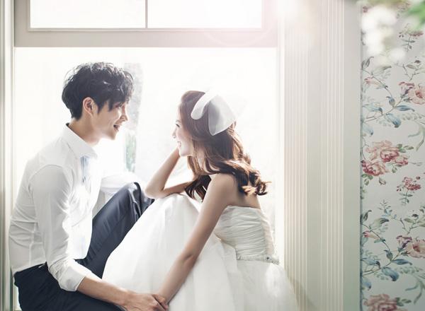 [Caption]Ngồi ở vị trí cao hơn tất nhiên sẽ mang đến cảm giác cao hơn cho chú rể trong bức hình cưới.