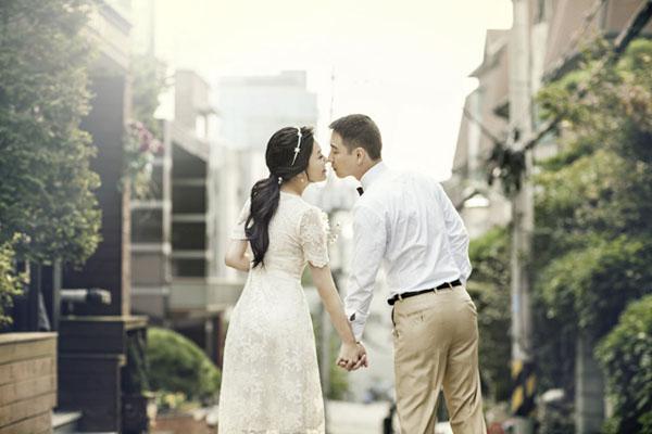 [Caption]Không chỉ đánh lừa thị giác, tư thế ngồi duỗi chân này còn khiến bức ảnh cưới của bạn trở nên vô cùng sinh động.