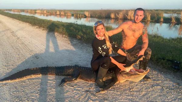 Hiện tại, Kayla thường cùng với bạn trai là Chris Stutz, 26 tuổi, đi khắp bang Florida để tìm và bắt những con cá sấu này.