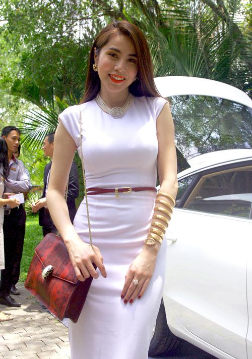 nhung-lan-khoe-kim-cuong-bac-ty-gay-on-ao-cua-sao-viet-5