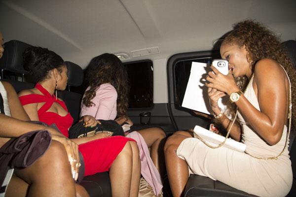 5 người đẹp ngồi trên một chiếc xe để tới khách sạn